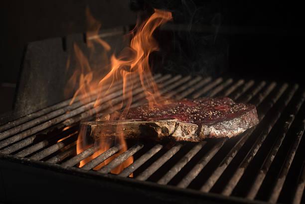 Steak Kochen am Grill Feuer Porterhouse-Steak – Foto