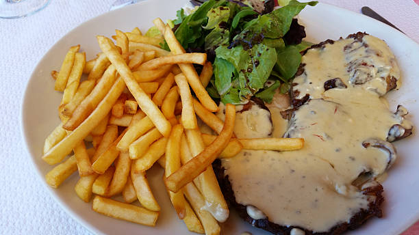 steak mit pommes frites und sauce bearnaise - sauce bernaise stock-fotos und bilder