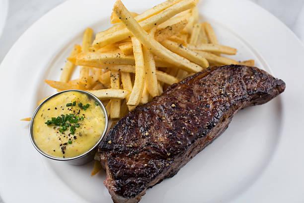 steak mit pommes frites und bearnasiehouse zubereiteten pommes frites und sauce béarnaise - sauce bernaise stock-fotos und bilder