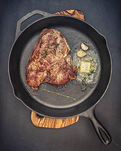 steak in gusseisen pfanne - steak anbraten stock-fotos und bilder