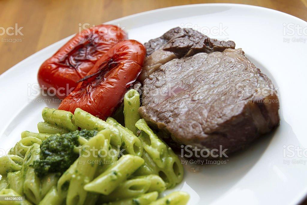 Steak mit Baerlauchpesto, Nudeln und Paprika stock photo