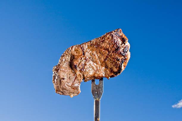 steak auf einer gabel - steak anbraten stock-fotos und bilder