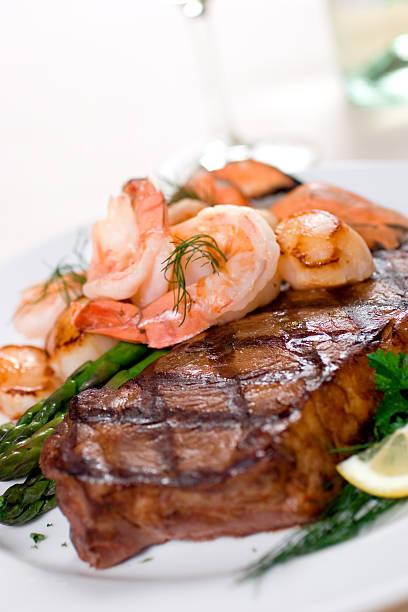 & meeresfrüchte steak - steak anbraten stock-fotos und bilder