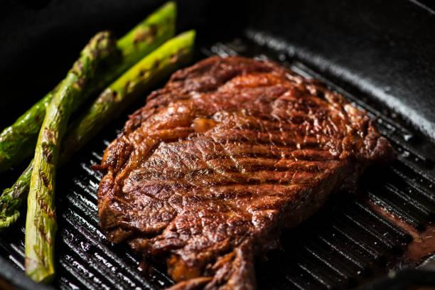 in gusseisernen pfanne angebraten steak - steak anbraten stock-fotos und bilder