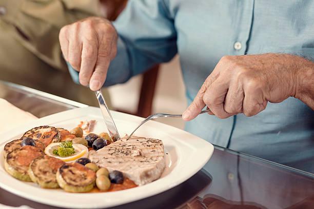 Steak mit Oliven und Aubergine – Foto
