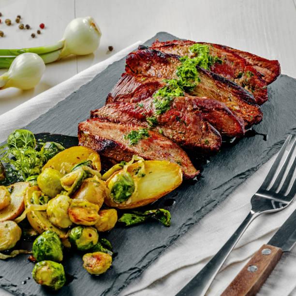 steak mit gemüse - steak anbraten stock-fotos und bilder