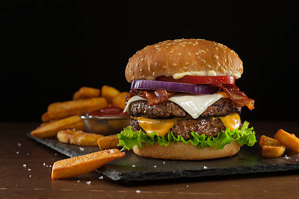 steakhouse double bacon cheeseburger - burger photos et images de collection