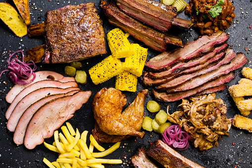 Questa immagine ha l'attributo alt vuoto; il nome del file è steakhouse-menu-smoked-meat-assortment-vegetables-picture-id1171009981