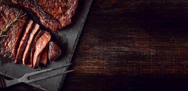 steaks van vers vlees - vleesdelen stockfoto's en -beelden