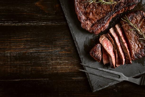 steki ze świeżego mięsa - grillowany zdjęcia i obrazy z banku zdjęć