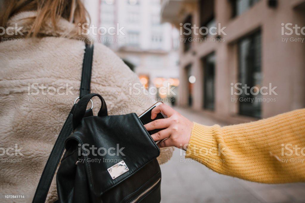 Stealing a smartphone - foto stock
