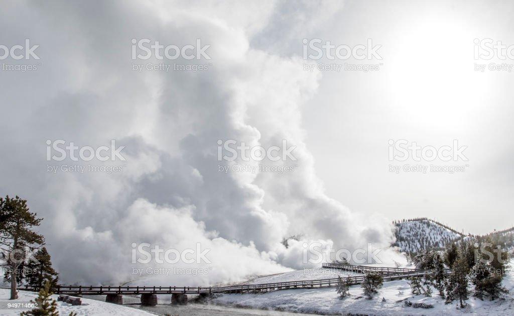 Dampf aus heißen Quellen im Yellowstone Landschaft wogenden – Foto