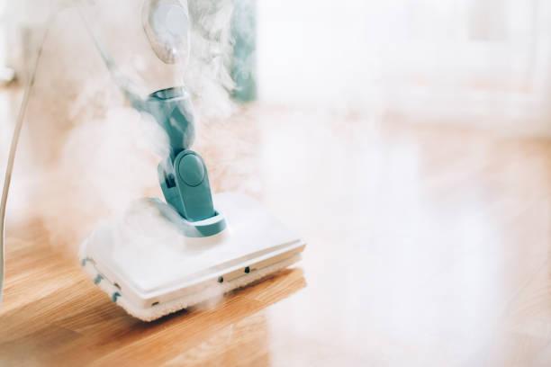 stoomreiniger mop cleaining vloer. banner met kopieerruimte. cleaning service concept - stoom stockfoto's en -beelden