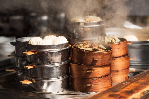 dampf-essen in einem straßenmarkt in china - semmelknödel stock-fotos und bilder