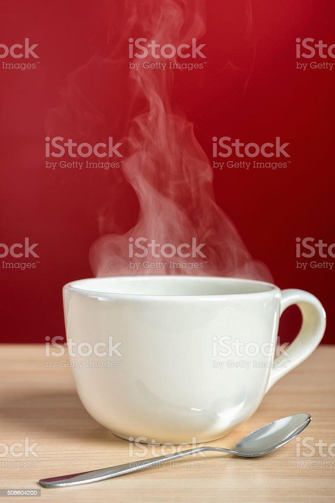 Vaporeux s'élevant à une grande tasse de café ou de thé - Photo