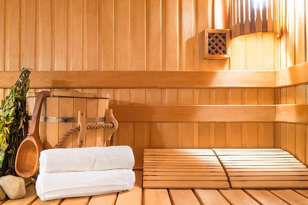 dampfbad aus natürlichem holz und accessoires - saunazubehör stock-fotos und bilder