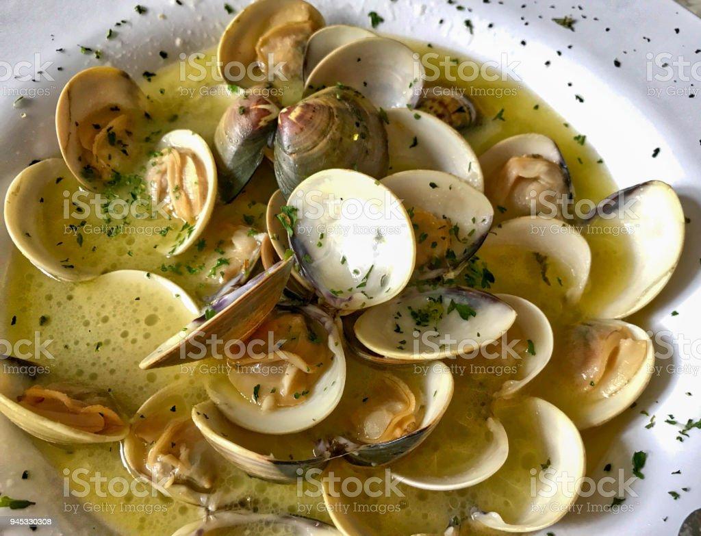 Almejas al vapor en salsa de ajo - foto de stock