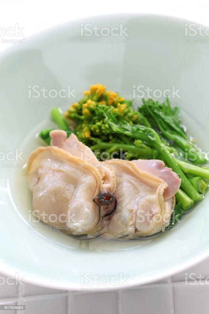 al vapor las almejas hamaguri y mostaza de campo en vino de arroz, cocina japonesa - foto de stock