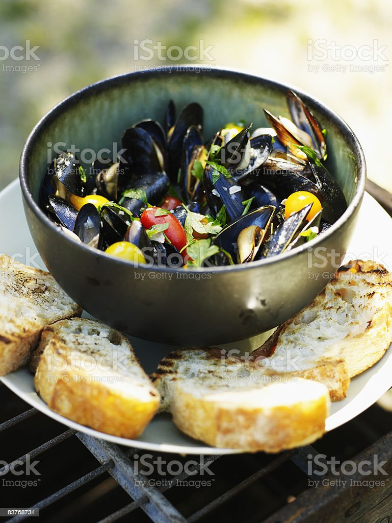 Steamed Mussels with organic tomatoes and cilantro foto stock royalty-free