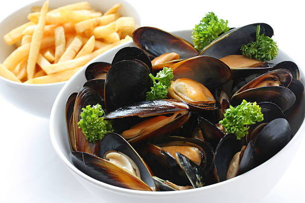 steamed mussels with white wine, french fries - mejillones fotografías e imágenes de stock