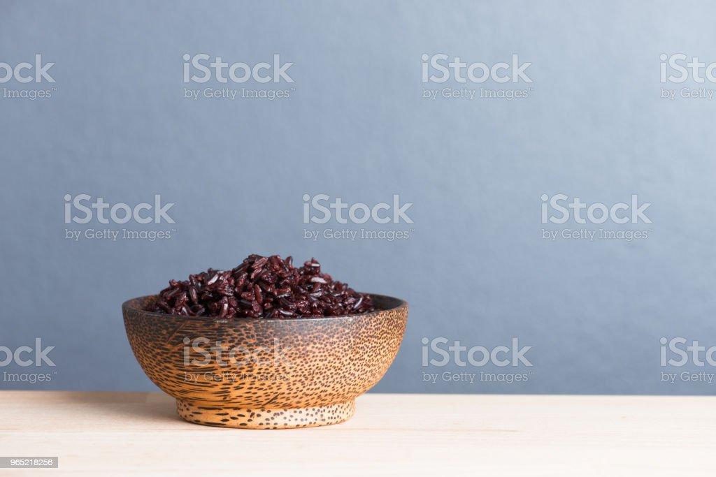 Steamed rice berry on wood bowl wood background zbiór zdjęć royalty-free