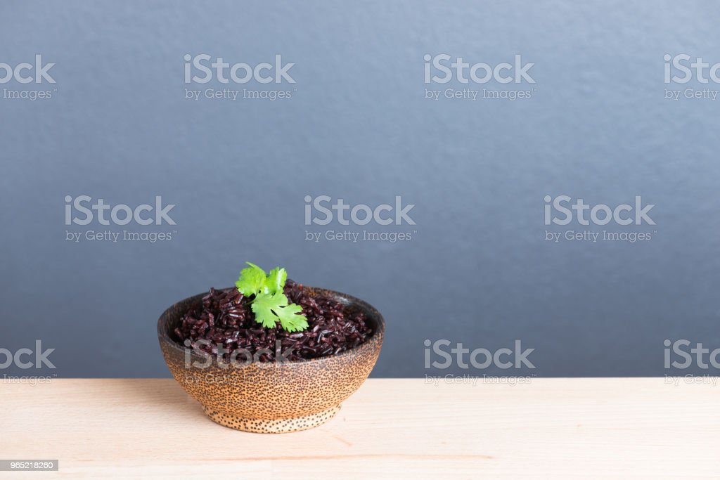 Steamed rice berry on wood bowl wood background zbiór zdjęć royalty-free