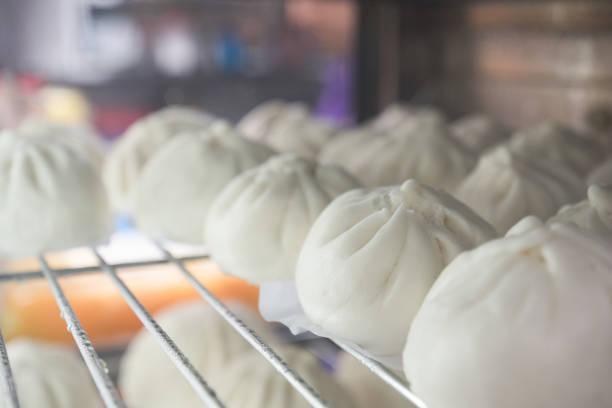 gedämpfte sachen brötchen lieblings tradtional chinesisches essen in asien. es ist ein beliebter snack verkauft hauptsächlich in chinesischen restaurants. ein anderer name ist siopao aus einer kombination von schwein, huhn, rind, garnelen. - semmelknödel stock-fotos und bilder
