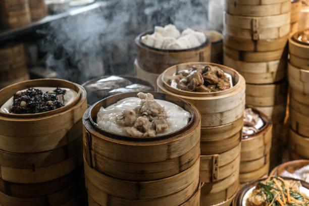 dumanı tüten çin yemeği mutfakta - guangdong i̇li stok fotoğraflar ve resimler