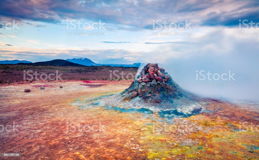 Dampfende Fumarole in geothermische Tal Hverarond – Foto
