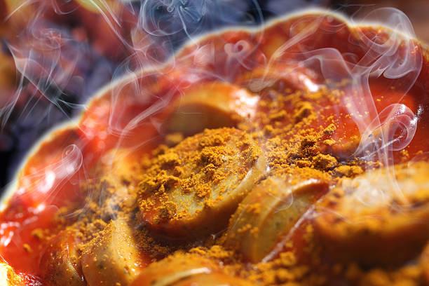 warmes currywurst - currywurst stock-fotos und bilder