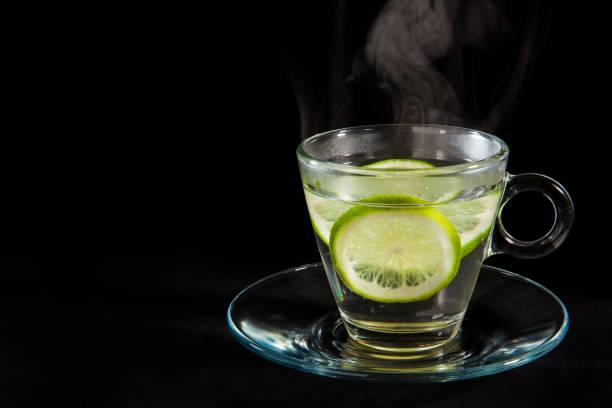 dampfend heiße zitronenwasser - heiße zitrone stock-fotos und bilder