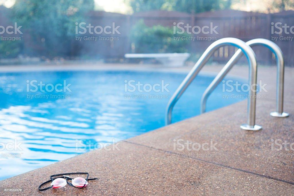 Steamy piscina climatizada en un día frío - foto de stock