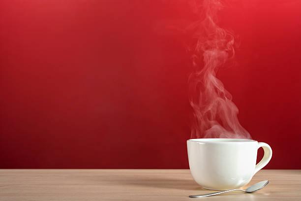 vapor erguendo-se de uma grande xícara de café ou chá - chá bebida quente - fotografias e filmes do acervo
