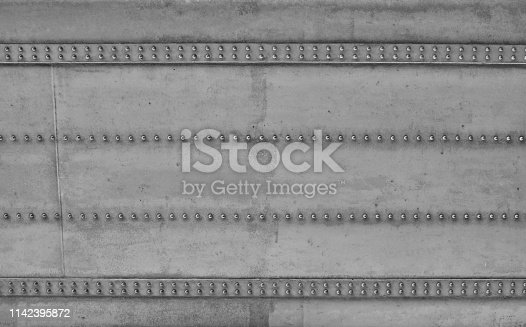 Nahaufnahme einer massiven Konstruktion einer Brücke. die mit Stahlnieten ihre Stabilität bekommt. Industrial Style als Gestalterische Elemente wie Hintergründe.