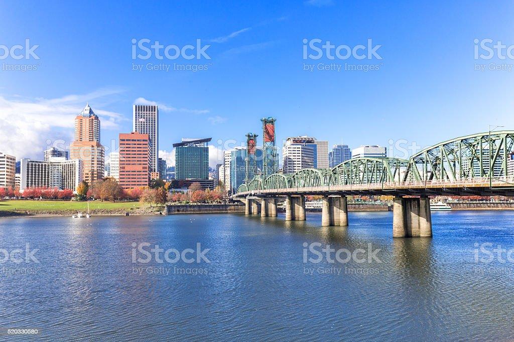 Stahl Brücke über Wasser mit Stadt und die skyline von portland – Foto