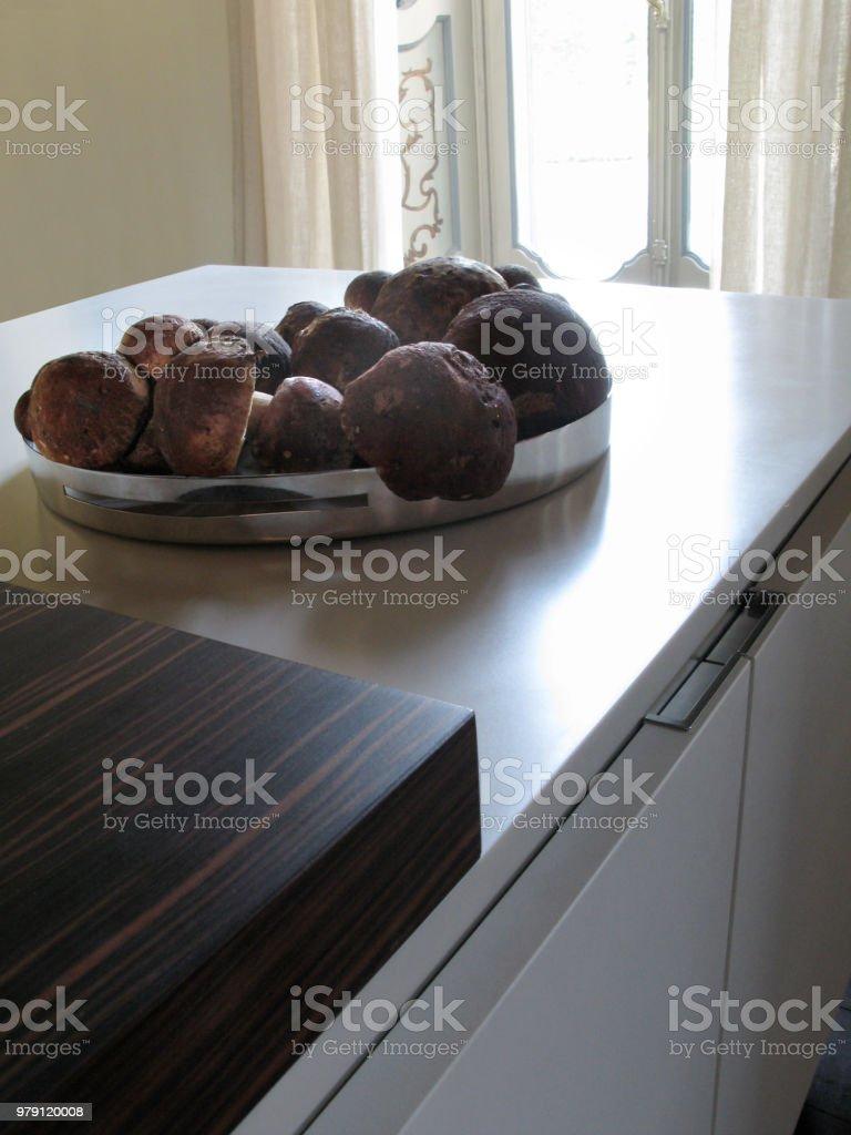キッチン上にポルチーニ茸と鋼の皿 ストックフォト