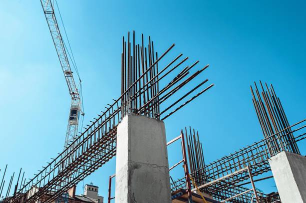 frames de aço de um edifício em construção, com guindaste de torre no topo - operário de construção - fotografias e filmes do acervo