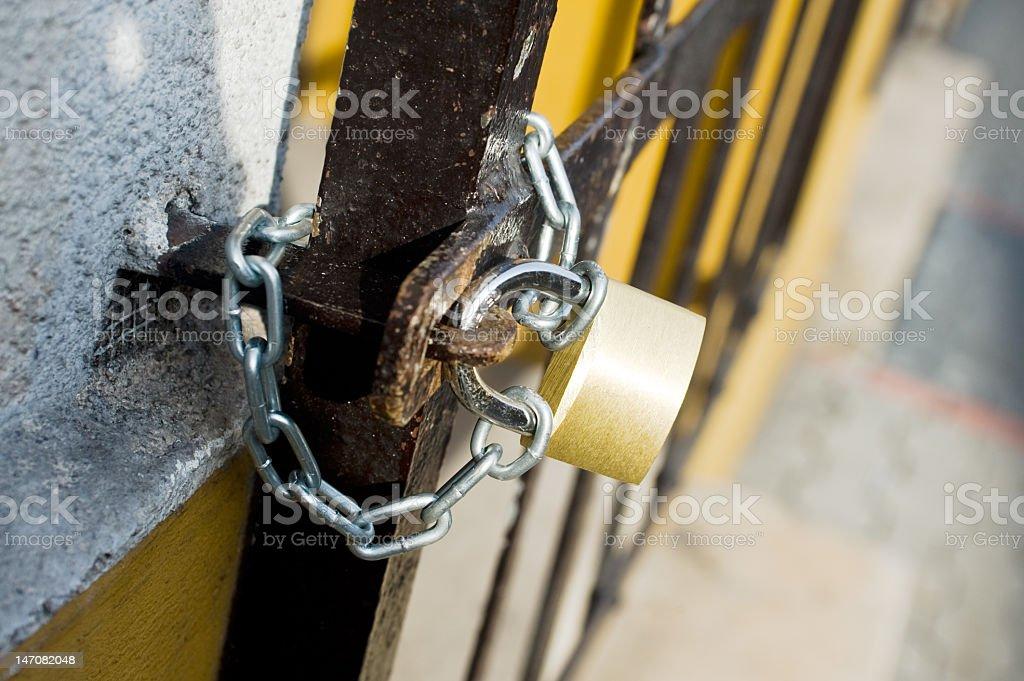 Steel grating geschlossen von Vorhängeschloss – Foto