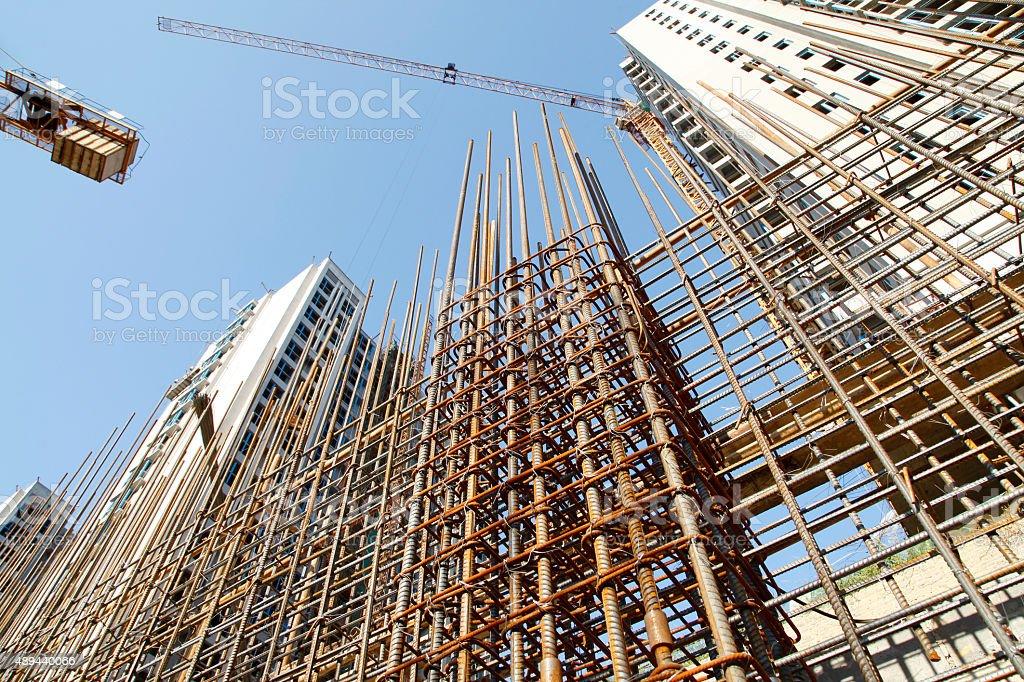 Grade de aço na construção de site - foto de acervo