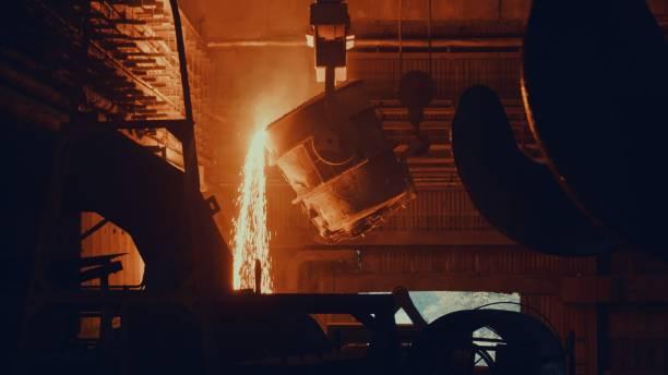 Stahlwerksfabrik - geschmolzenes Metall in Wanne – Foto