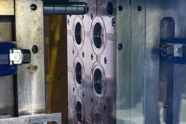 molde de aço. a parte principal do trabalho da máquina de molde de injeção plástica - moldando - fotografias e filmes do acervo