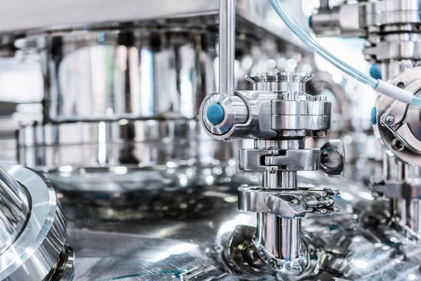 Tubulação de aço com uma torneira de passagem na capa do reator farmacêutica - foto de acervo