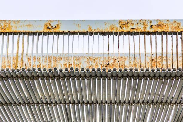 Tubos de acero dispuestos en secuencia - foto de stock