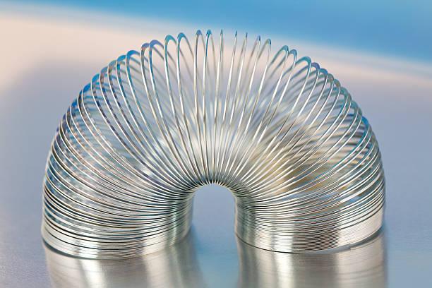 Steel Spring Spielzeug auf Blau Metallic-Hintergrund – Foto