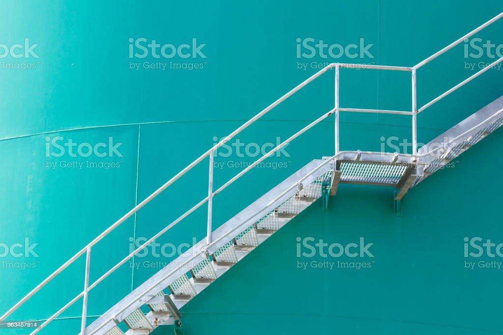 escalera de acero en silos metálicos verde, escalera de metal en el tanque contenedor de química verde - Foto de stock de Acero libre de derechos