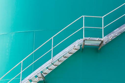 Escalera De Acero En Silos Metálicos Verde Escalera De Metal En El Tanque Contenedor De Química Verde Foto de stock y más banco de imágenes de Acero
