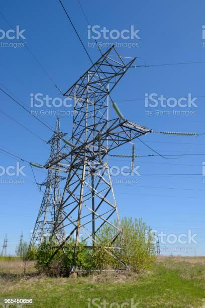 Stalowe Wieże Linii Wysokiego Napięcia Na Tle Błękitnego Nieba - zdjęcia stockowe i więcej obrazów Amperaż