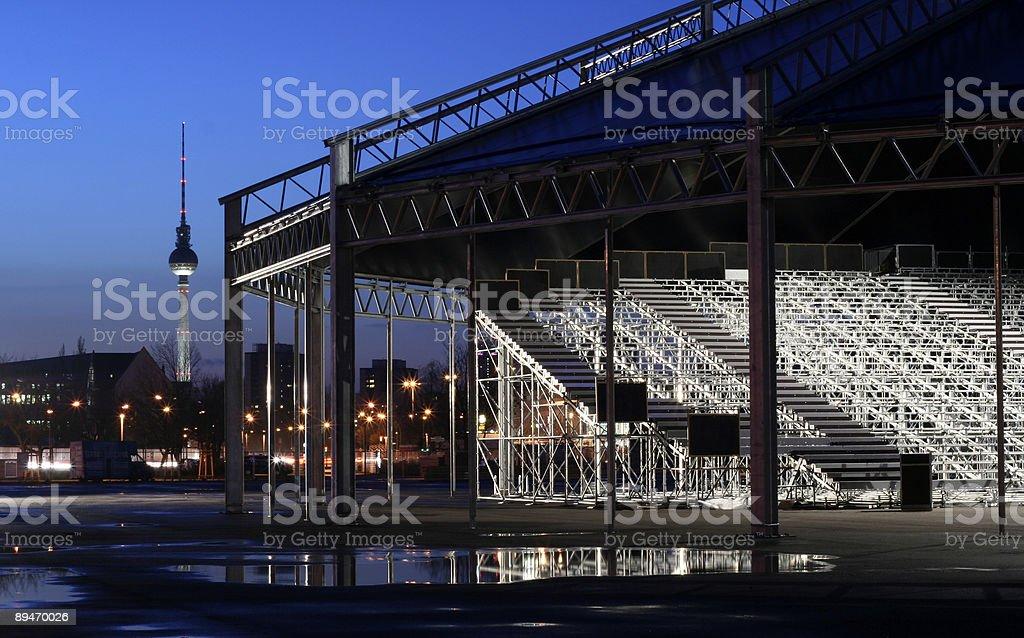 Steel tribune Bauarbeiten im East berlin am Abend Lizenzfreies stock-foto