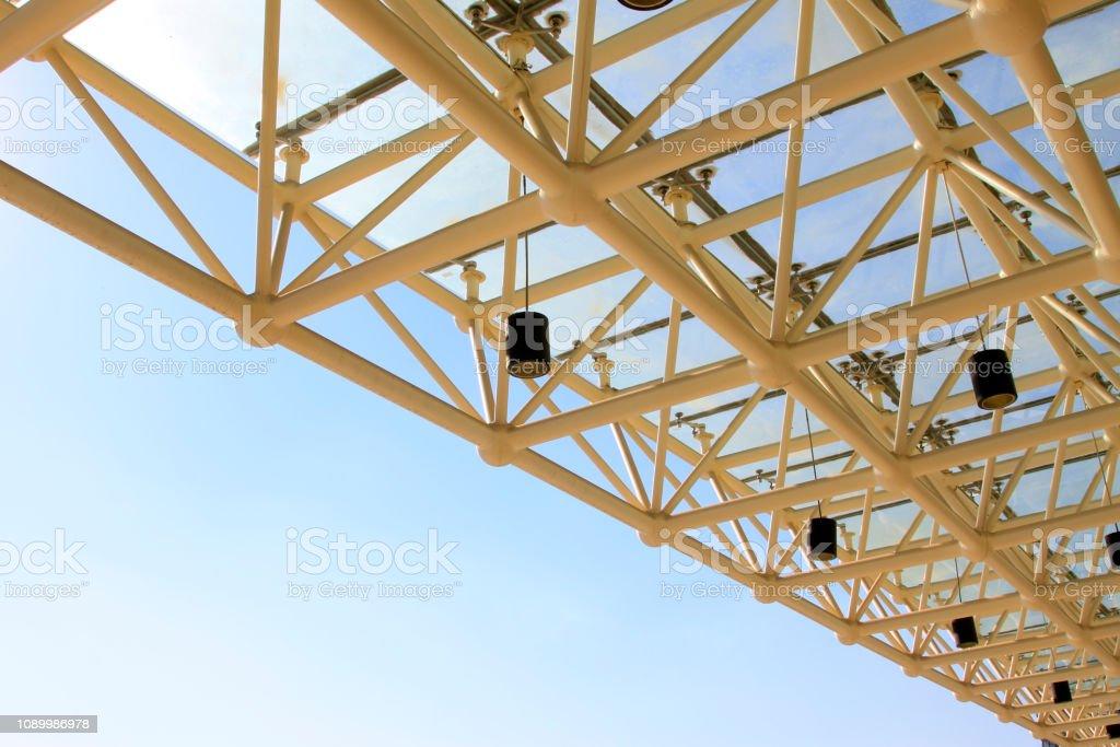 Stahlbinder und Lampen – Foto