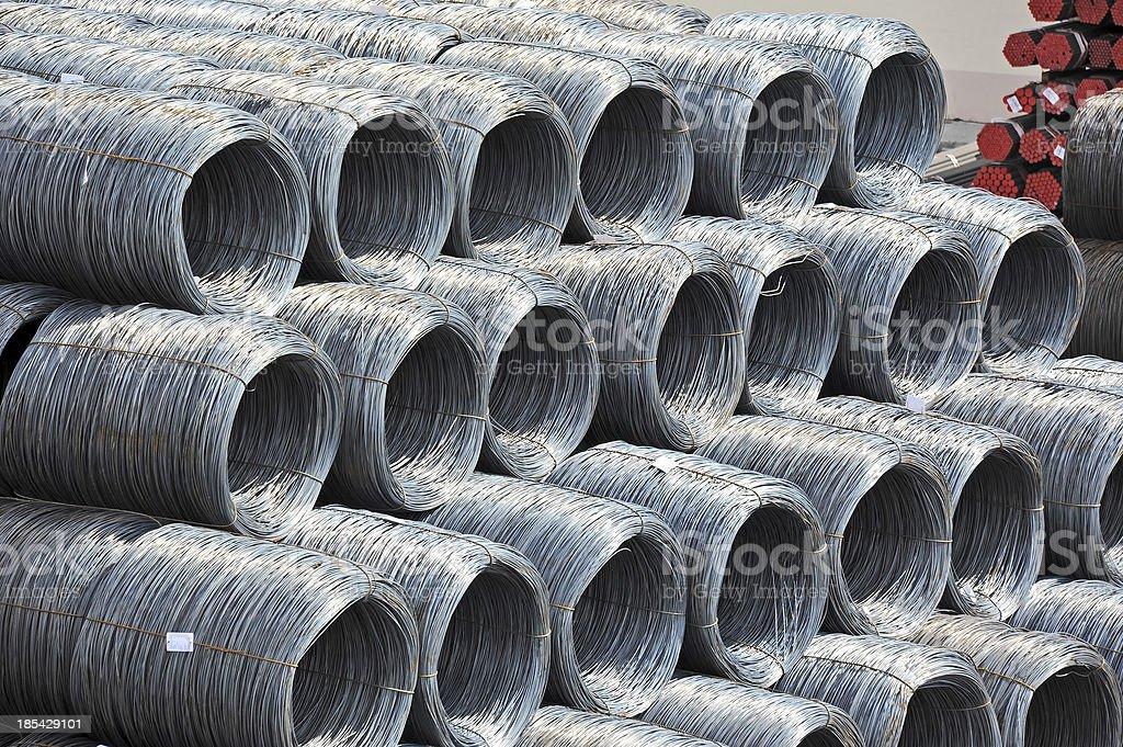 Rollo de cable de acero y tuberías - foto de stock